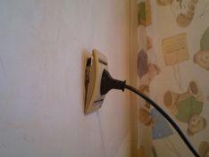 Как легко и быстро починить розетку, если она выпала из стены?